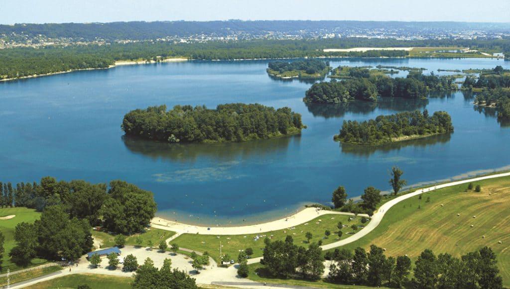 Vue du domaine baignable du parc de Miribel Jonage